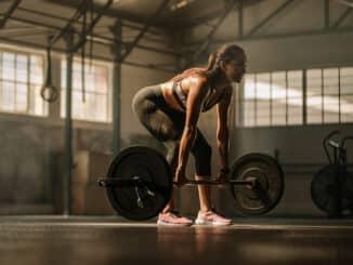 Kvinde der styrketræner